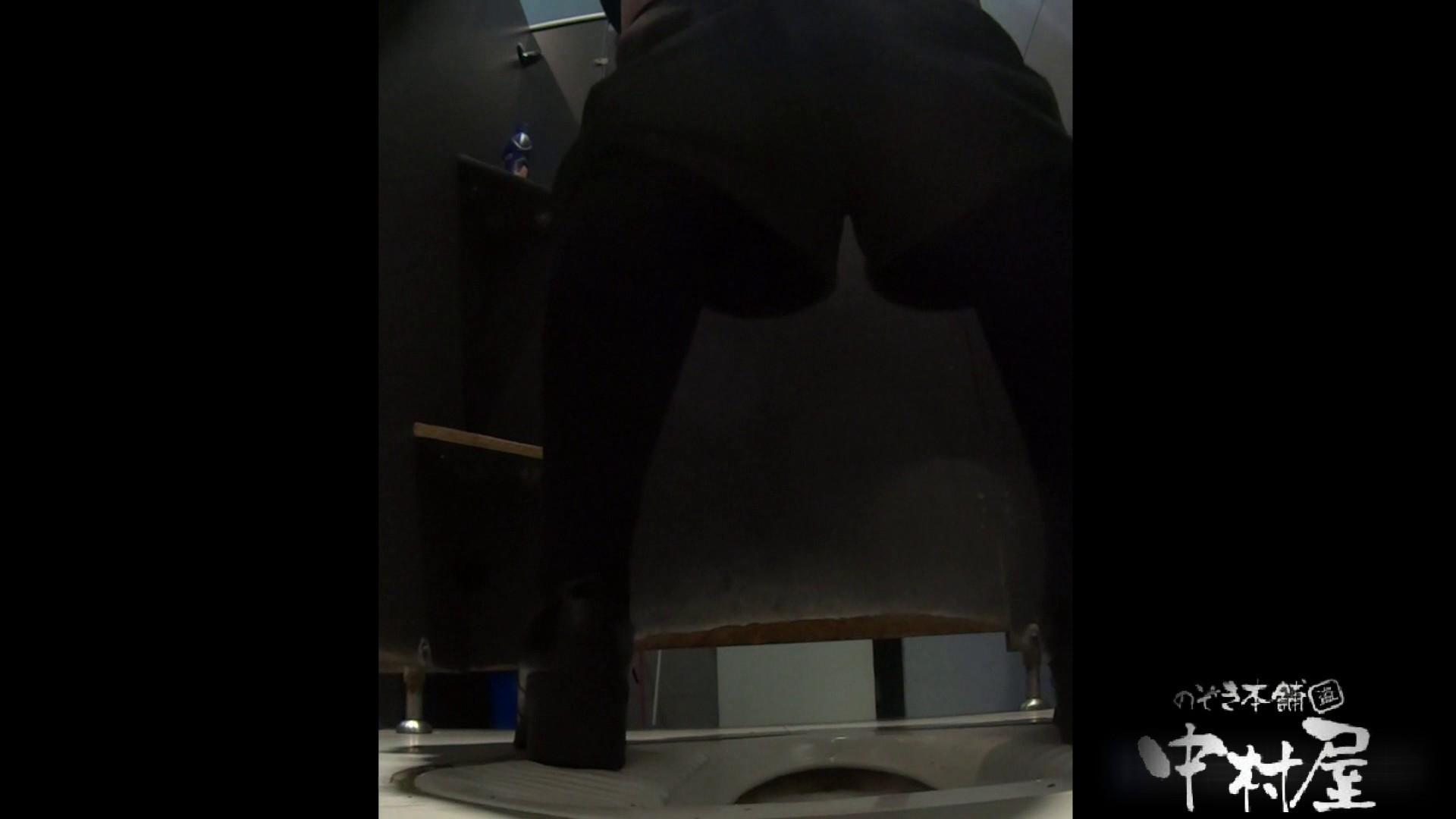 立ち膝でオシッコピュー!はみ出しています。大学休憩時間の洗面所事情19 盗撮  64画像 40